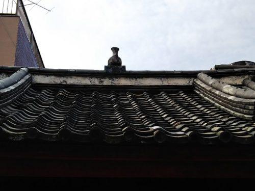 屋根の上の壺